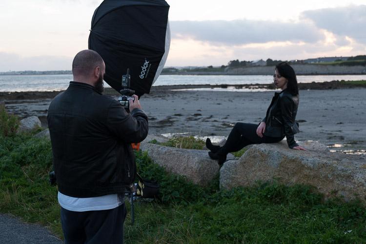 Retratos dos bastidores com flash e sincronização de alta velocidade
