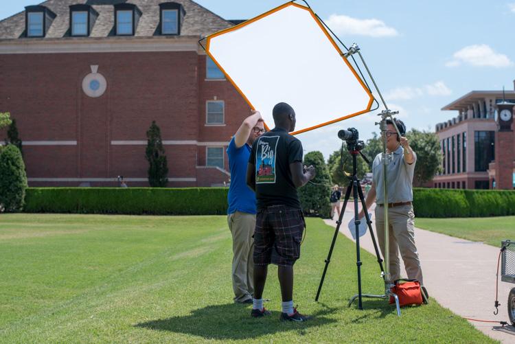 https://i2.wp.com/digital-photography-school.com/wp-content/uploads/2017/06/four-lessons-family-photographers-sunny-lighting.jpg?resize=750&ssl=1
