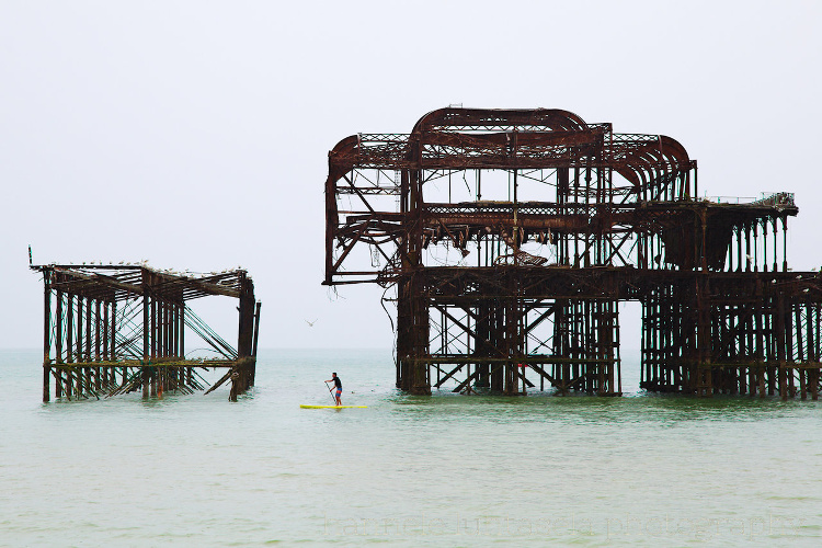 如何在摄影中使用概念对比 - 桨式寄宿生与海洋中的遗物