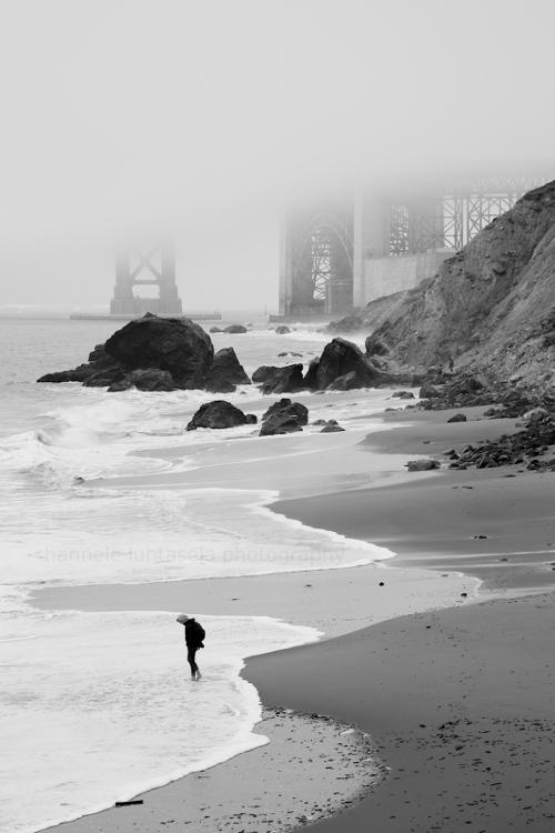 在雾中的海滩上的人 - 如何在摄影中使用概念对比