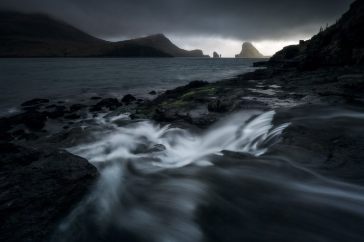 移动水的黑暗图像 - 使用不同的快门速度进行风景摄影