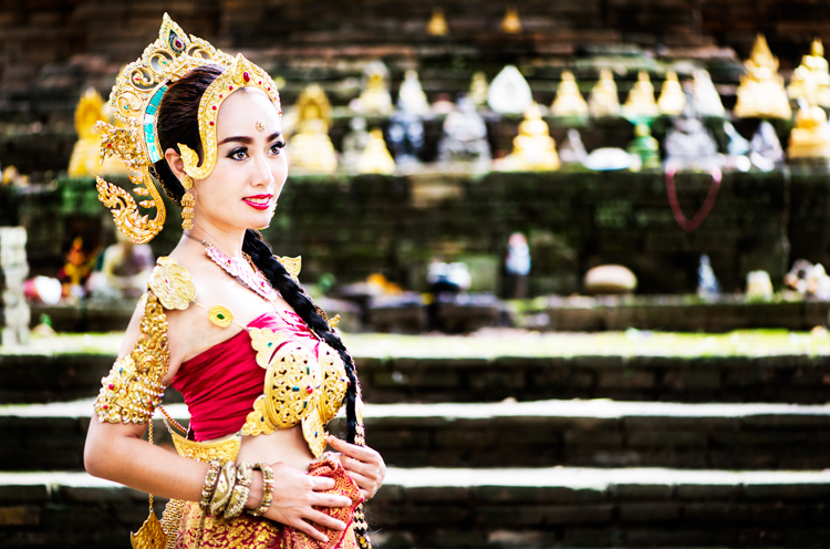 传统服装的泰国妇女 - 改善您的摄影