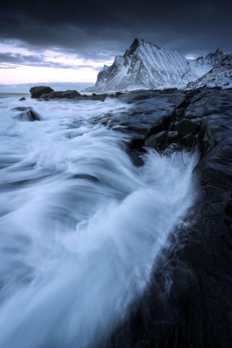 在岩石海岸上的海浪 - 使用不同的快门速度为风景摄影