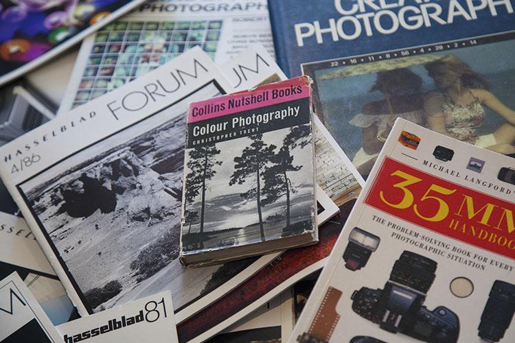 一堆摄影书 - 为什么老摄影书籍和杂志仍然有价值