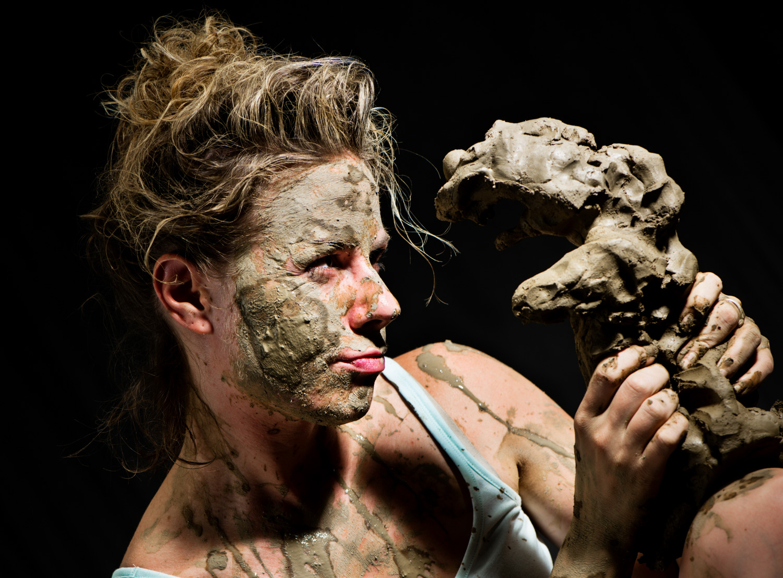 工作室肖像的泥覆盖的女人抱着粘土 -  4个技巧,以帮助你克服拍摄人的恐惧