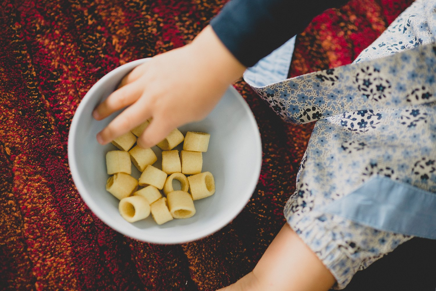 kids hands and snacks in a bowl - 5 Tips for Doing Lifestyle Photo Sessions