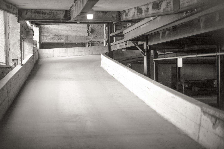 如何使用低图形样式作为组合工具 - 停车库在黑白
