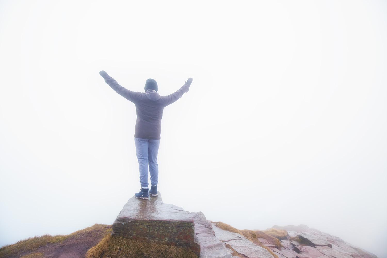 创造一个夜晚的外观 - 雾中的山顶