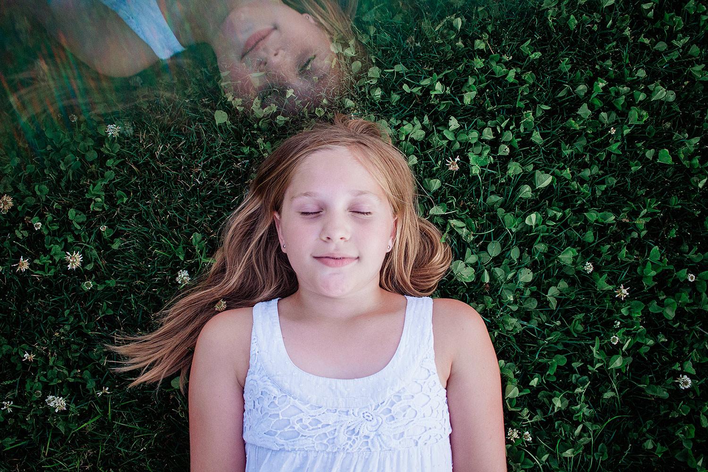 3人物摄影的创造性技术 - 孩子画象和棱镜的反射