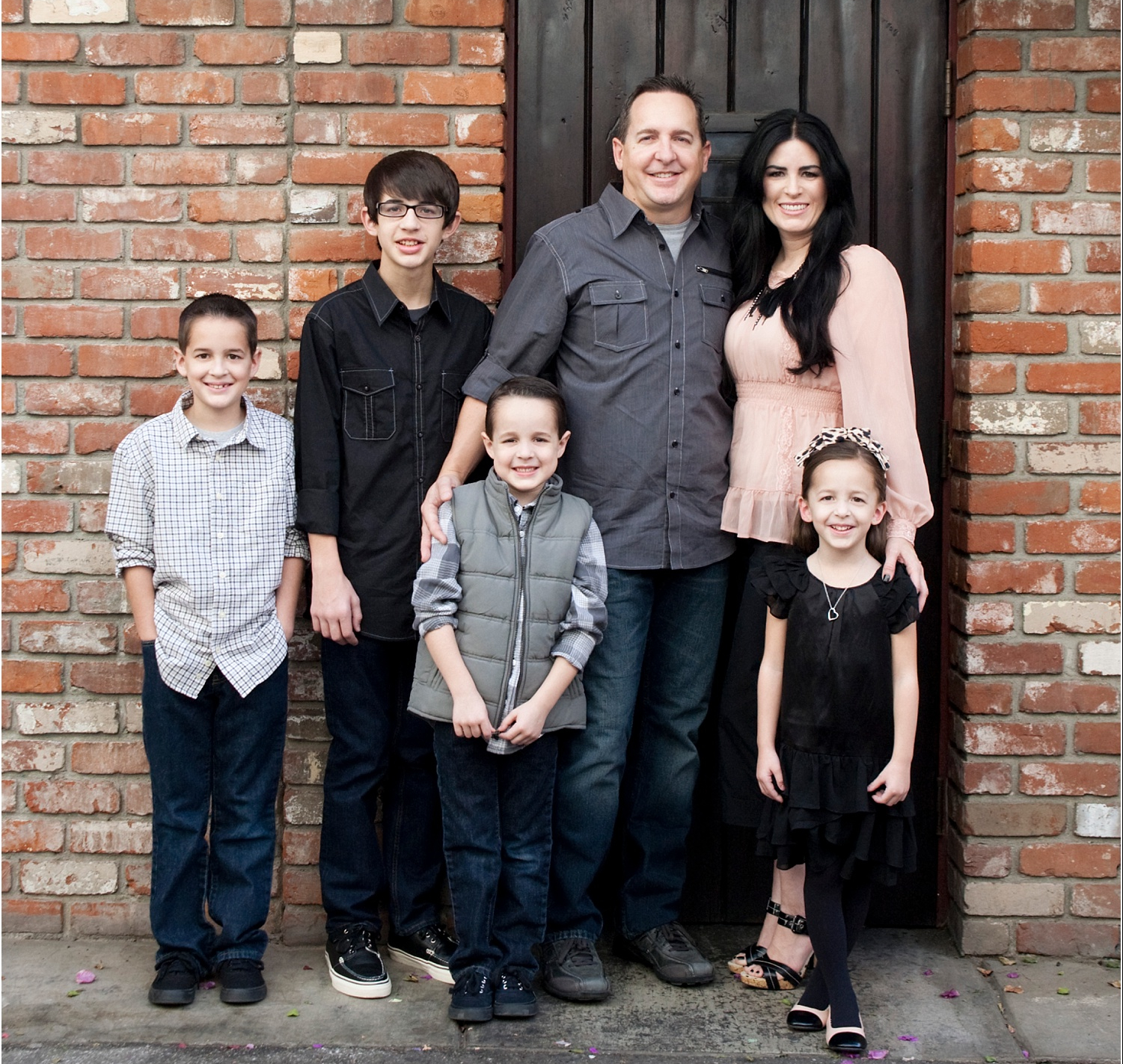 Tips for Posing Large Families and Groups - family with 4 kids