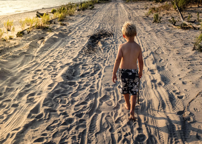 Image:我总是等到晚上才去海滩。那样太阳不直射......