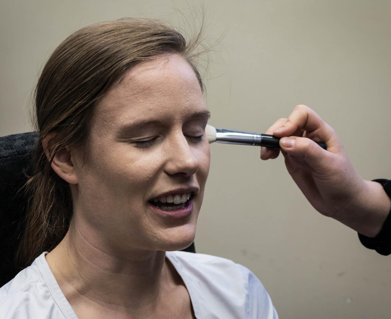 图片:化妆会让很多女性感到特别