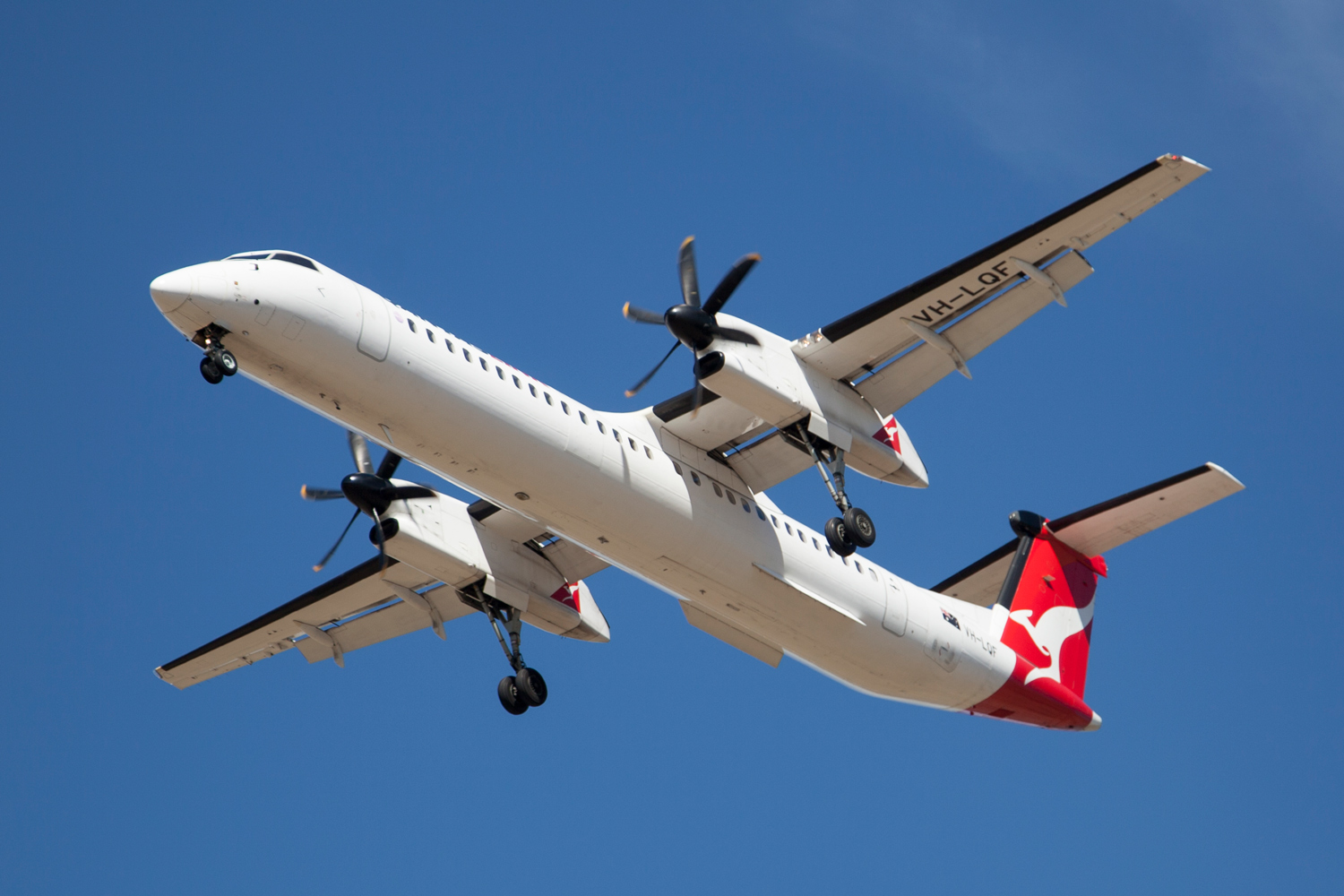 Image: A Bombardier Dash 8 on finals