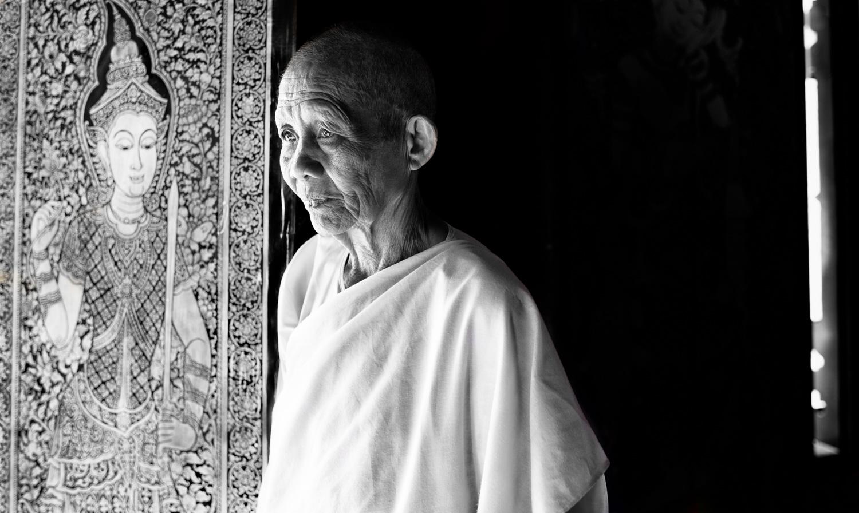 Freira budista em um templo para expor suas fotos