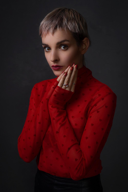retrato de mulher com top vermelho
