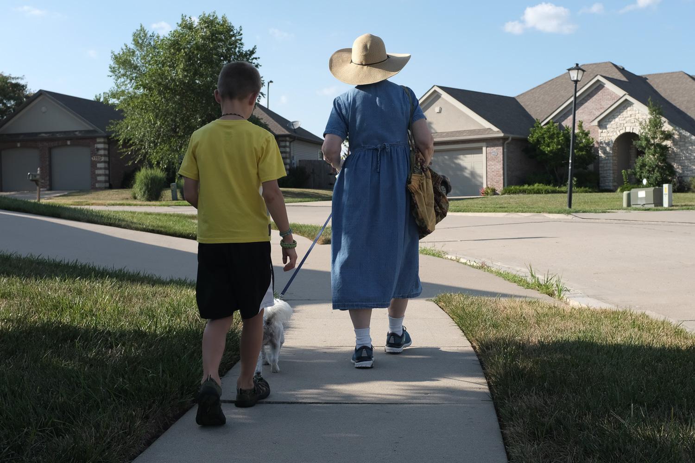 pessoas passeando com cachorro