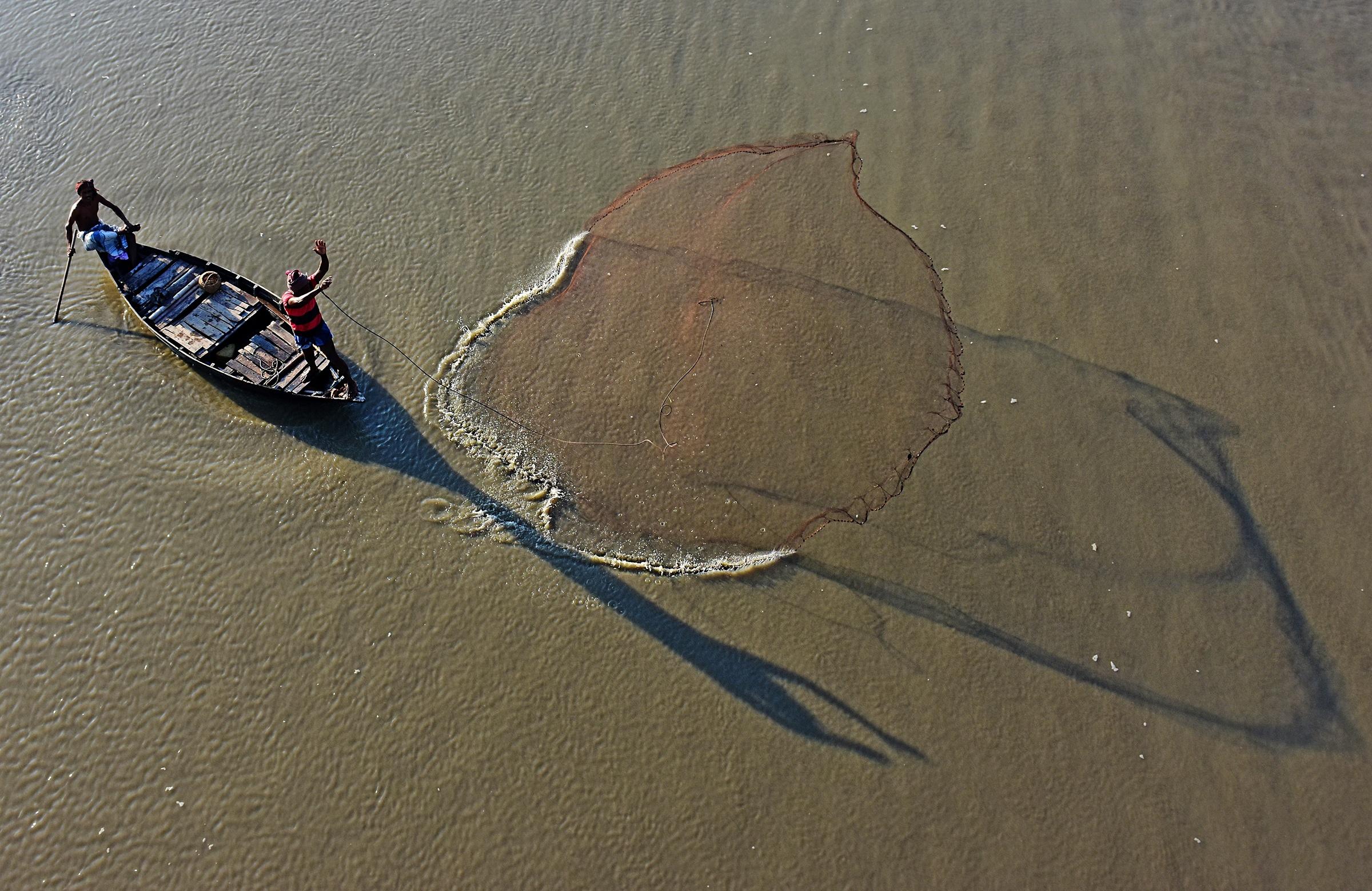 barco de pesca na água