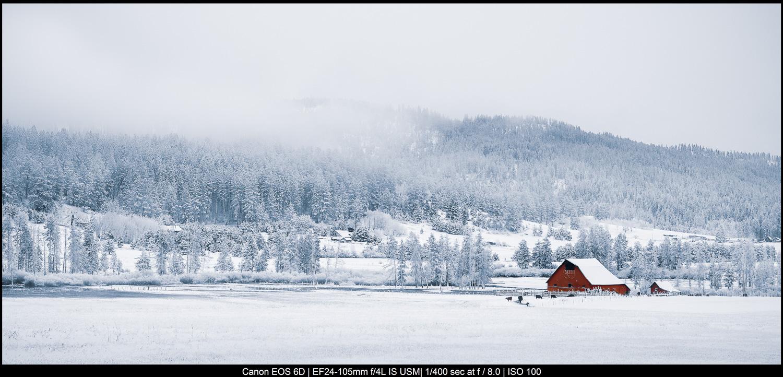 belas artes fotografia de paisagem celeiro vermelho e montanhas nevadas