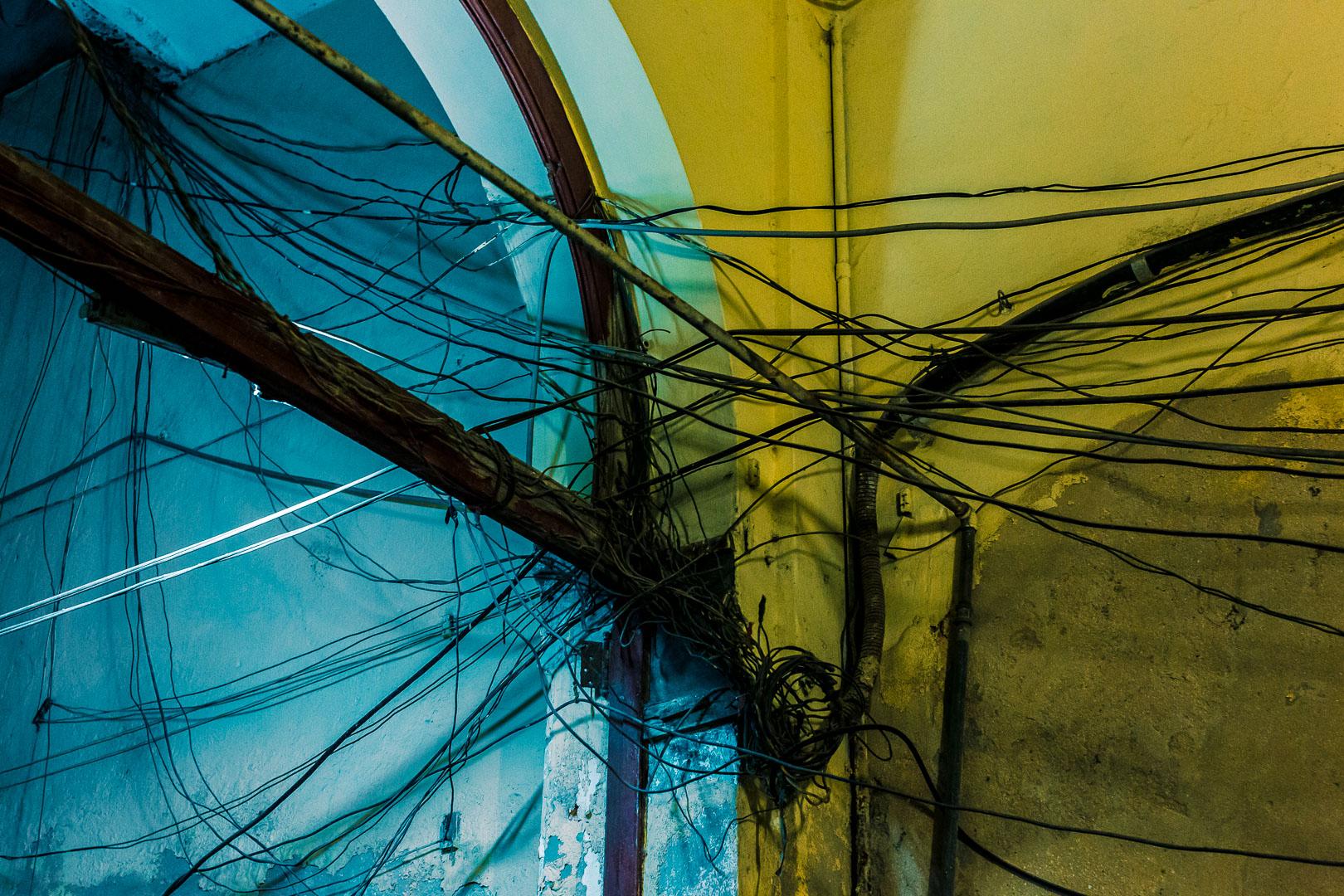 cabos emaranhados contra uma parede