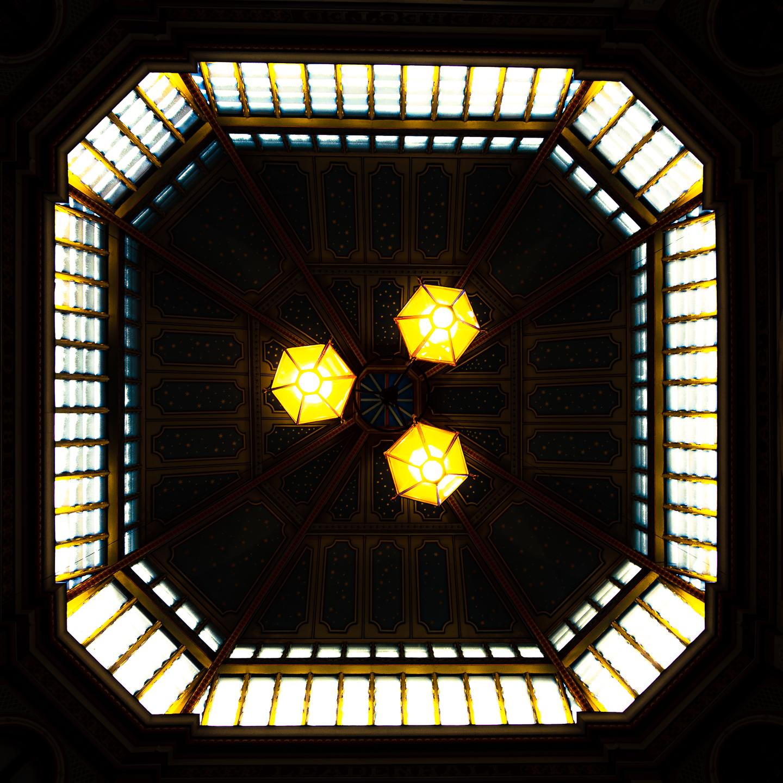 luzes de teto com janelas ao redor