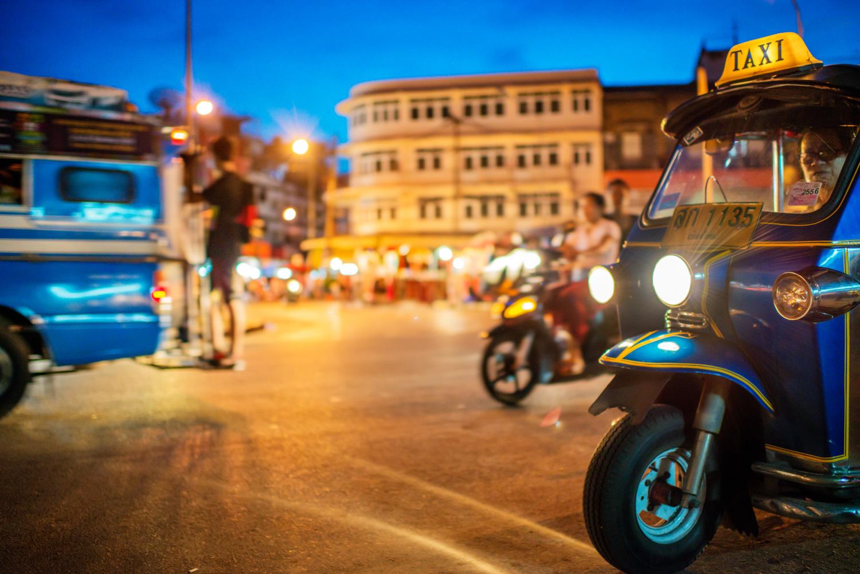 35mm street photography at night with a tuk tuk