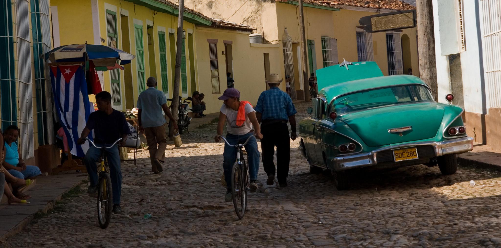 Foto de um carro em Cuba em uma cena de rua