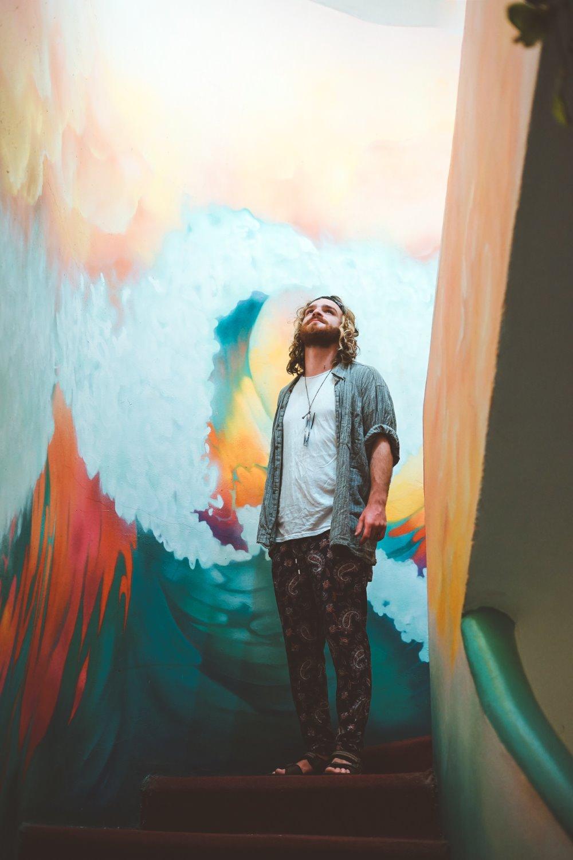 homem retrato ambiental com tinta