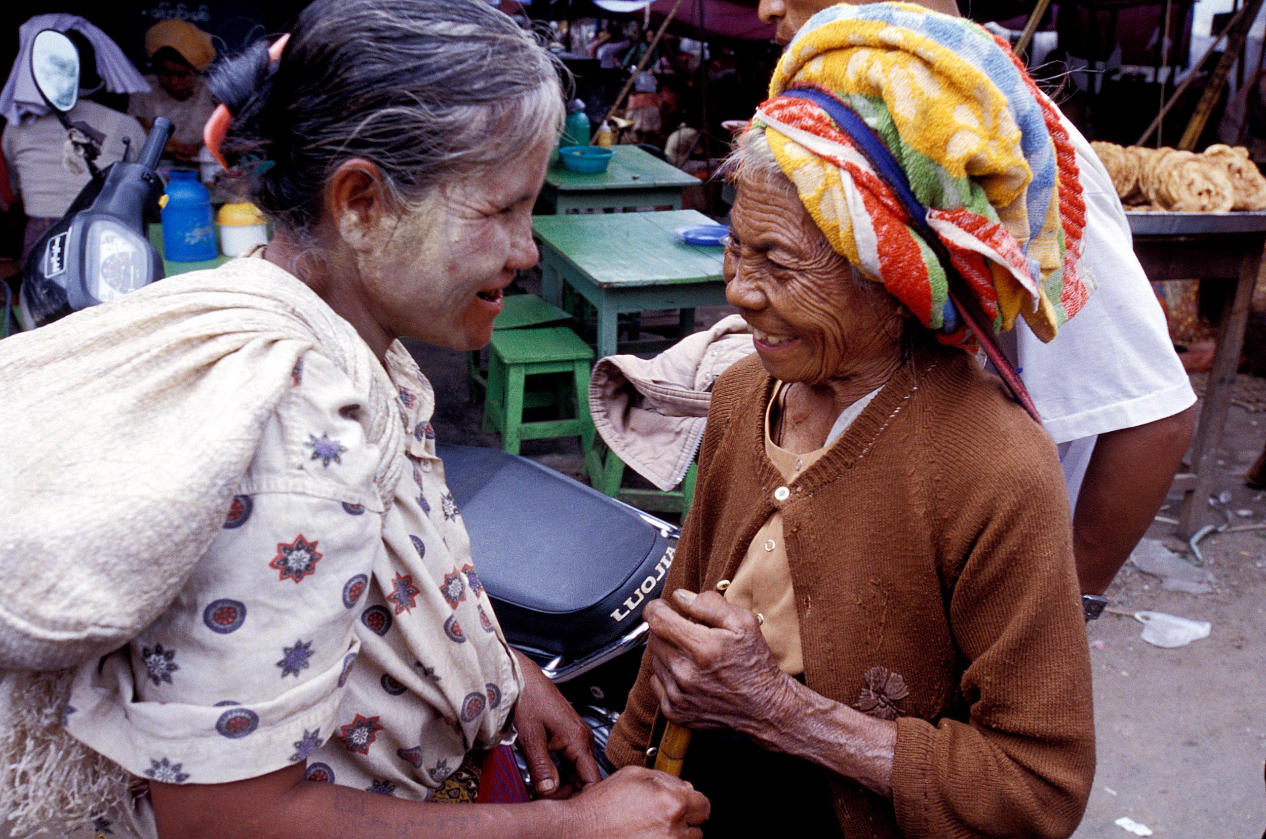 © Kevin Landwer-Johan Duas mulheres se cumprimentando na rua