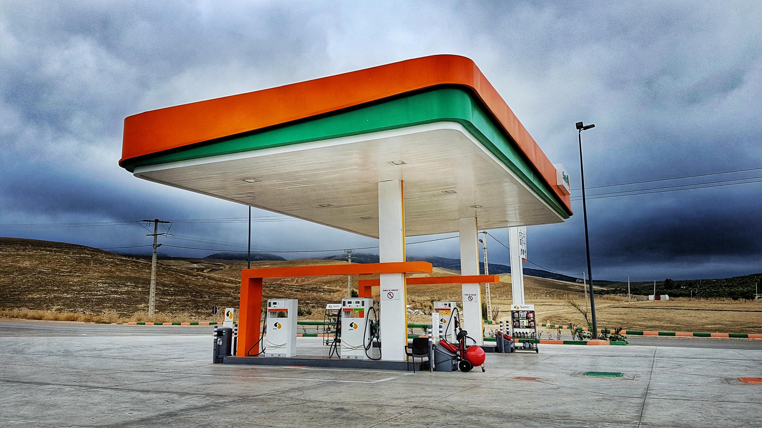 posto de gasolina com nuvens variáveis