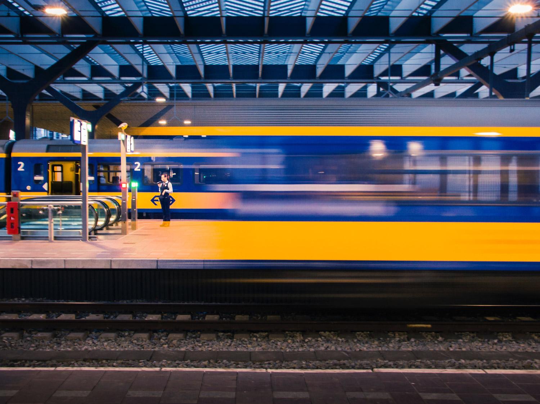 trem em movimento rápido com plataforma