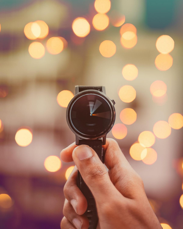 relógio com ponteiros giratórios captura fotografia em borrão de movimento