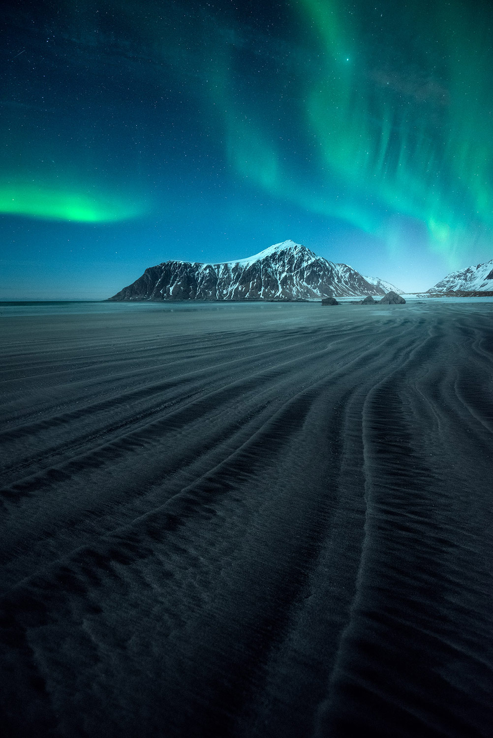the northern lights over a mountain