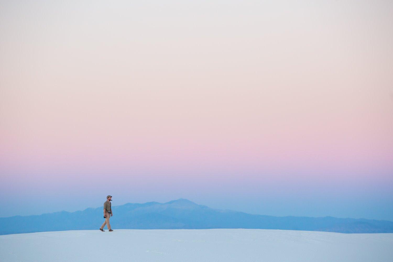 homem caminhando em composição minimalista de fotografia de paisagem