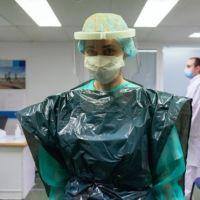 «Nos tenemos que poner bolsas de basura en la cabeza»: el testimonio de una médica que atiende a los pacientes más graves de COVID-19 en Reino Unido