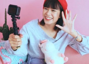 vlog action camera terbaik - young asian woman vlogger in pastel cafe t20 nRLXlA - 7 Action Camera Terbaik dengan Kualitas Bagus 2021