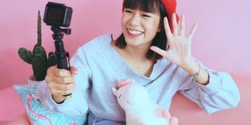 vlog hp dengan fitur video 4k - young asian woman vlogger in pastel cafe t20 nRLXlA - 7 Rekomendasi HP dengan Fitur Video 4K Terbaik, Cocok Buat Nge-vlog