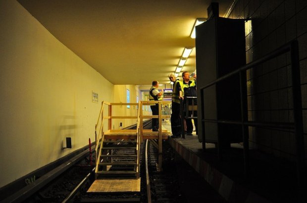 Steps leading onto subway tracks of the U6 Tunneltag