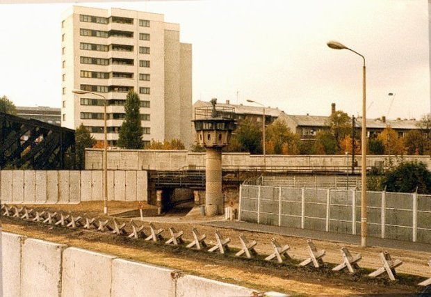 ntry point of the West Berlin S-Bahn into East Berlin near the Berlin Wall in Liesenstr./Gartenstr., 1980
