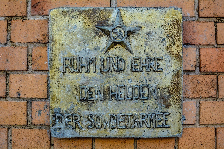 8 mai tafel 8 may plaque sowjetisches ehrenmal rummelsburg noeldnerstrasse lichtenberg soviet war memorial rummelsburg erloeserkirche berlin deutschland germany