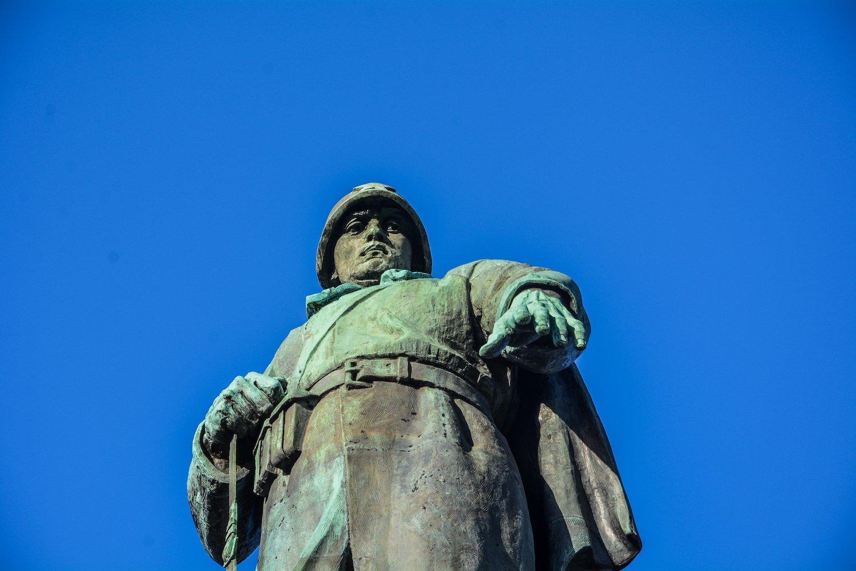 close up soviet soldier statue sowjetisches ehrenmal tiergarten soviet war memorial berlin germany