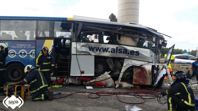accidente-aviles-autobus-choca-contra-pilar