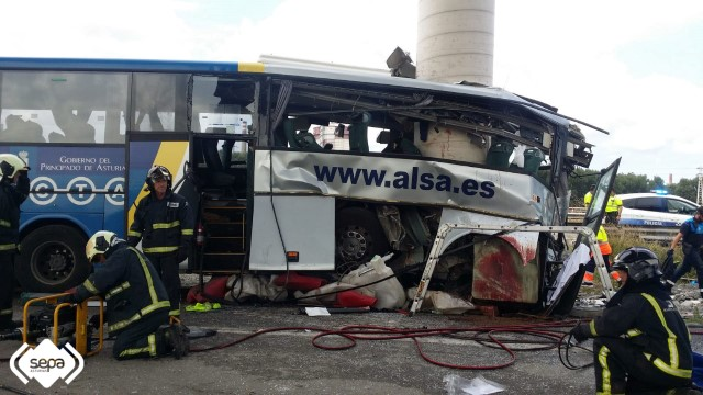 accidente-aviles-autobus-choca-contra-pilar