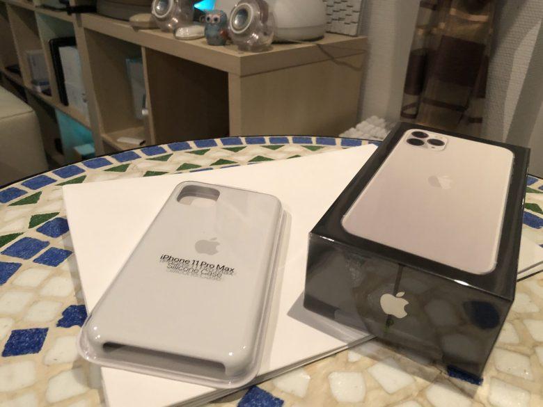 Das neue iPhone 11 Pro Max und ein weißes Kunststoff-Case. 11 Pro Max Unboxing