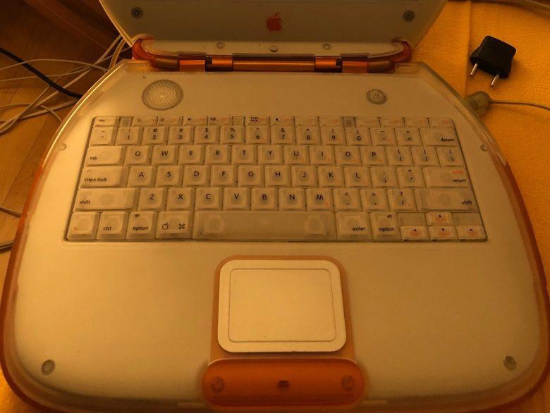Herausnehmbare Tastatur beim Apple iBook G3. Entwicklung der Computertastaturen