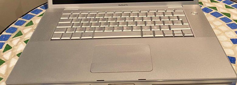 """Professionelle Tastatur beim Apple MacBook Pro 15"""". Entwicklung der Computertastaturen"""