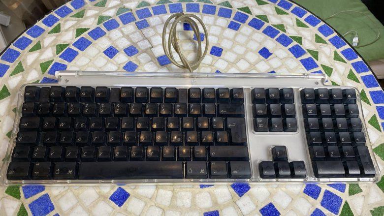 Vollständige Tastatur beim Apple Power Mac G4. Entwicklung der Computertastaturen