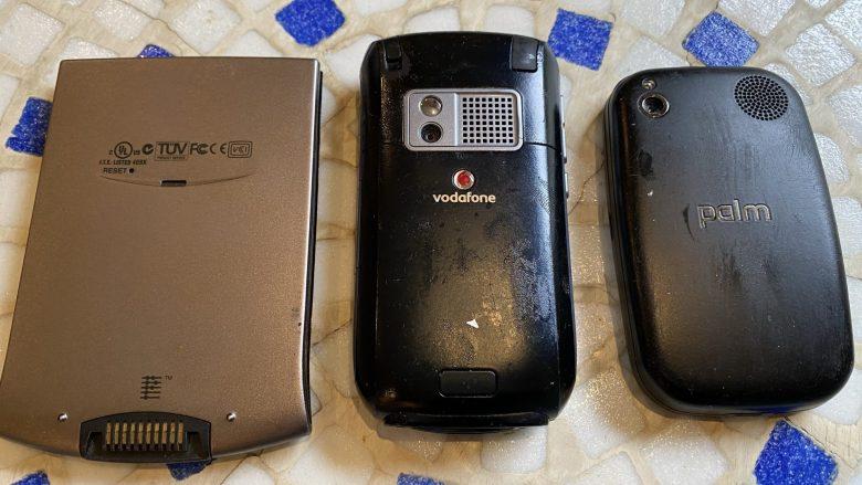 """Rückseiten des Palm Vx, Palm Treo und des Palm Pre 2. Die Plastikrückseiten sind klebrig und """"schwitzen"""". Vom Palm PDA zum WebOS"""