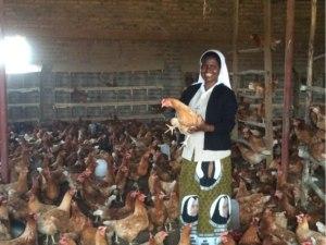 La Hermana Bernadette Densani quien sostiene un pollo