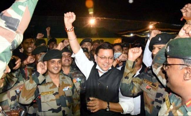 बटालियन पहुंच मुख्यमंत्री पुष्कर सिंह धामी ने सेना के जवानों के बीच गाया गाना, देखें वीडियो