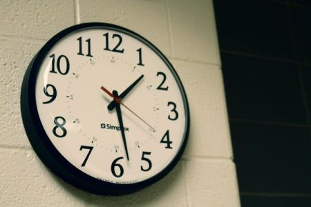 圓形黑色掛鐘